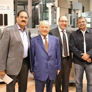 Alguns clientes indianos no showroom IGV com o Presidente eo Gerente Geral IGV